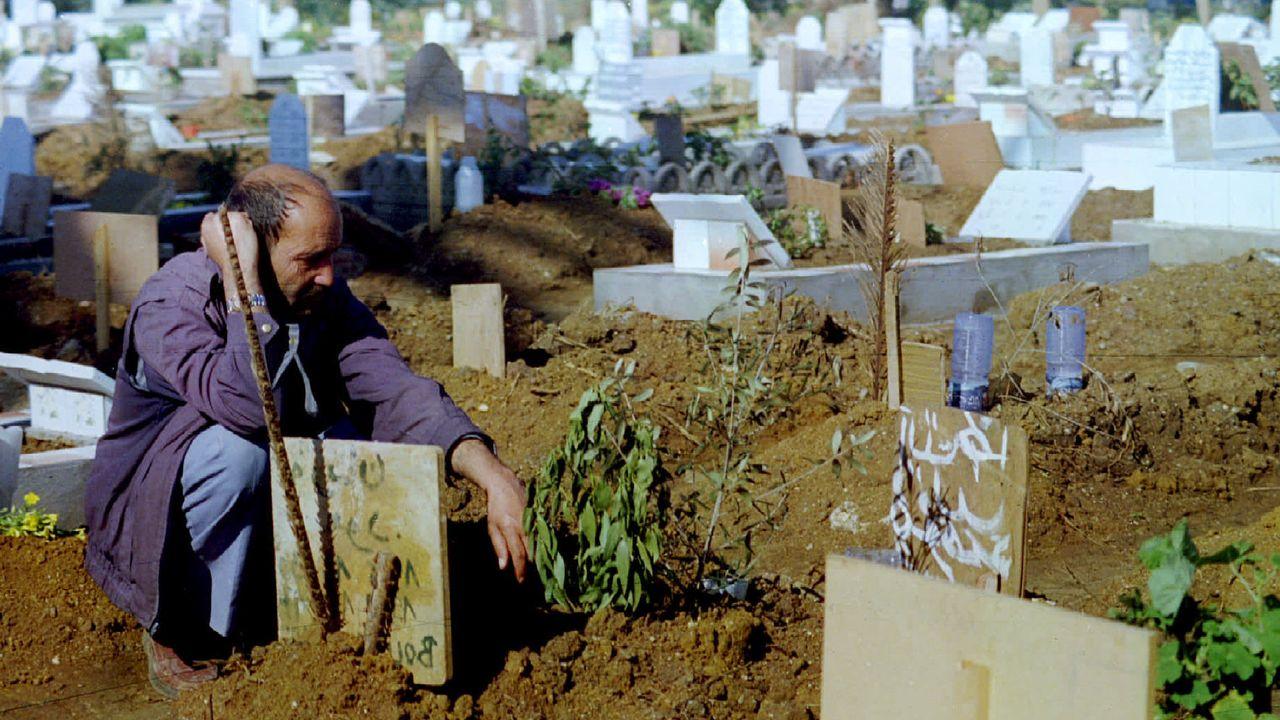Un homme sur la tombe de son fils, tué lors des années noires (image d'archive). [PBEAHUMZUET - Reuters]