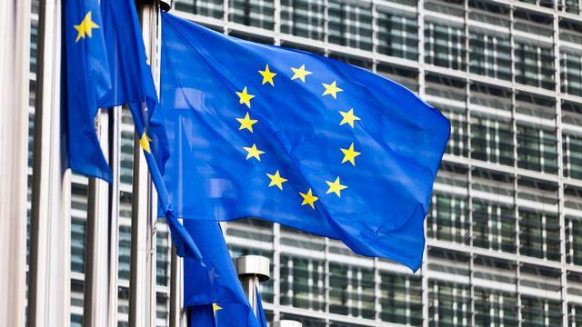 Des drapeaux de l'Union européenne flottent devant le bâtiment de la Commission européenne à Bruxelles. [Martin Ruetschi - Keystone]