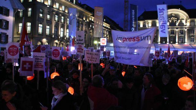 Des centaines de personnes se sont réunies à Berne mardi soir contre l'initiative No Billag. [Gaël Klein - RTS]