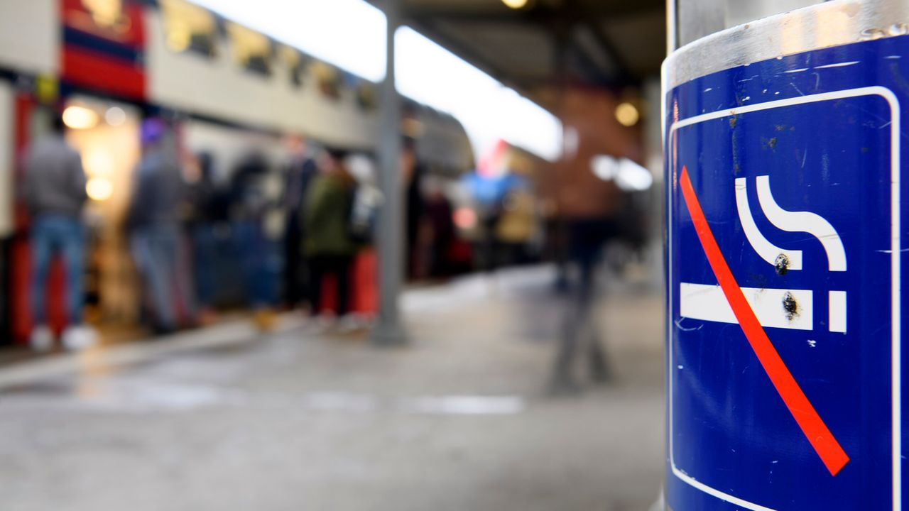 """La signalétique """"non-fumeurs"""" sur le quai de la gare de Nyon. [Laurent Gillieron - Keystone]"""