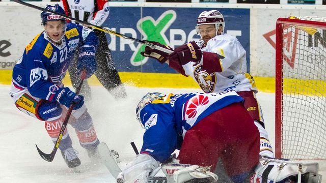Les joueurs de Genève-Servette, ici Stéphane Da Costa (en blanc), se sont heurtés à une vaillante équipe de Kloten. [Patrick B. Kraemer - Keystone]