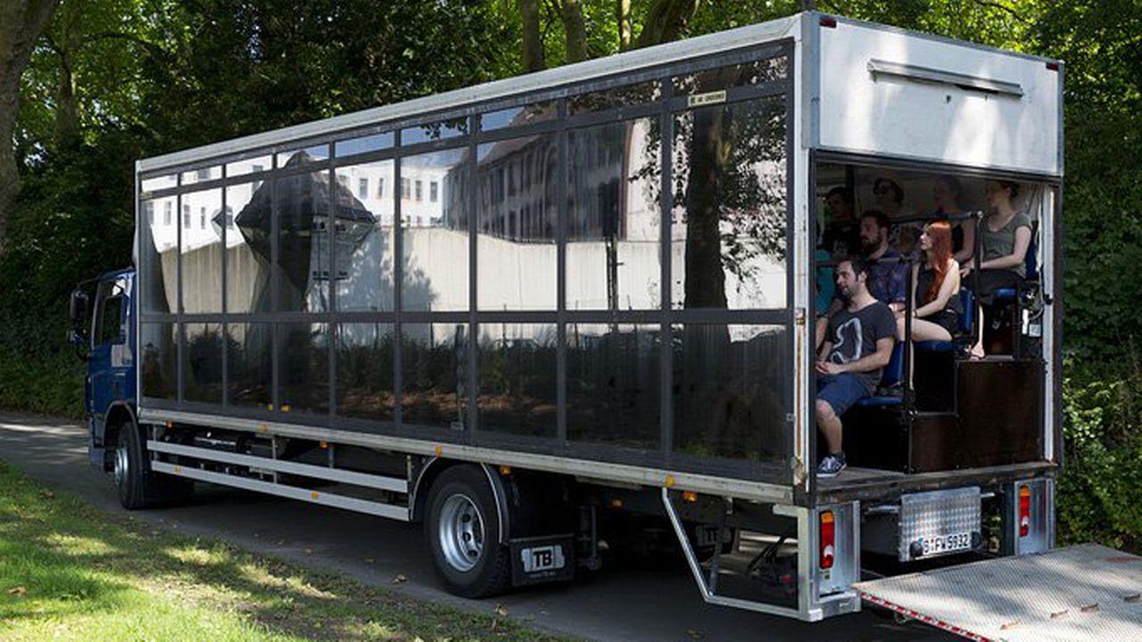 Le camion de Cargo Congo-Lausanne et son gradin intégré. Rainer Schlautmann vidy.ch [Rainer Schlautmann - vidy.ch]