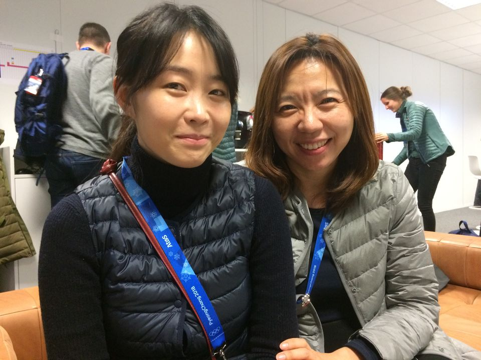 Jihyun Kim (à gauche) et une autre bénévole coréenne. [Galaud - RTS]