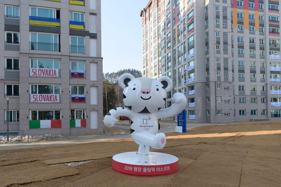 "La mascotte ""Bandabi"" trône au centre du village olympique. [Gian Ehrenzeller - Keystone]"