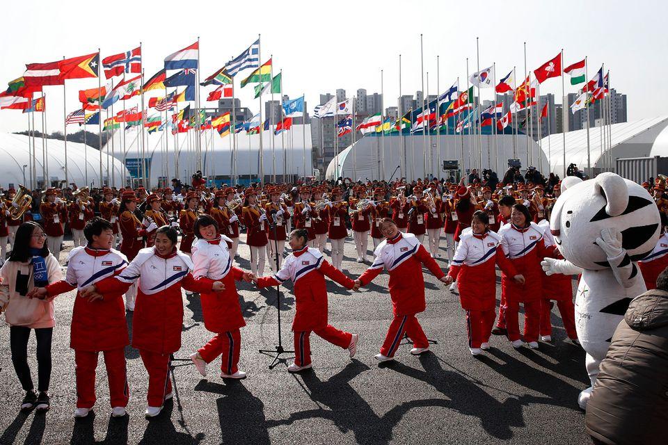 La Corée du Nord à la fête en compagnie de la mascotte des Jeux. [Jae C. Hong - Keystone]