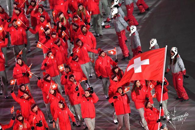 La délégation suisse, emmenée par Dario Cologna, défile lors de la cérémonie d'ouverture. [CHRISTIAN BRUNA - Keystone]