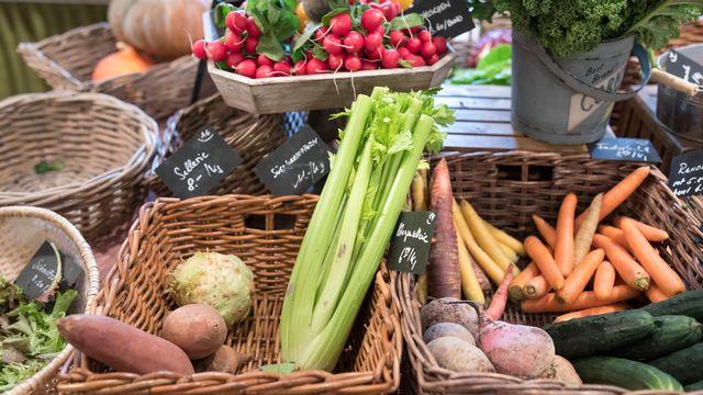 Des paniers de légumes provenant des fermes de la campagne zurichoise vendus dans une épicerie de la ville. [Gaetan Bally - Keystone]