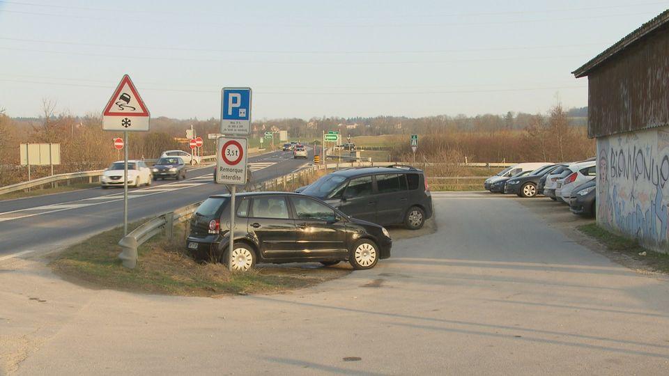 Le convoyeur s'est rendu au rendez-vous fixé par les malfrats sur ce parking, à la hauteur de Chavornay (VD) sur l'autoroute A1. [RTS]