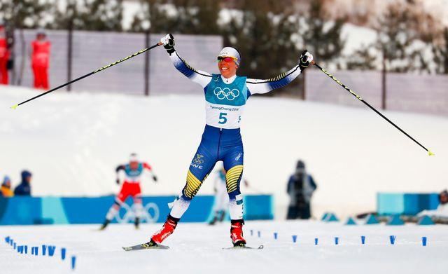 Charlotte Kalla a profité de la dernière montée de la course pour créer un écart décisif. [Matthias Schrader - Keystone]