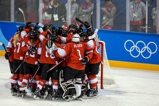 Les Suissesses célébrent leur victoire face aux deux Corée aux Jeux olympiques d'hiver de Pyeongchang ce samedi 10 février. [Alexandra Wey - Keystone]