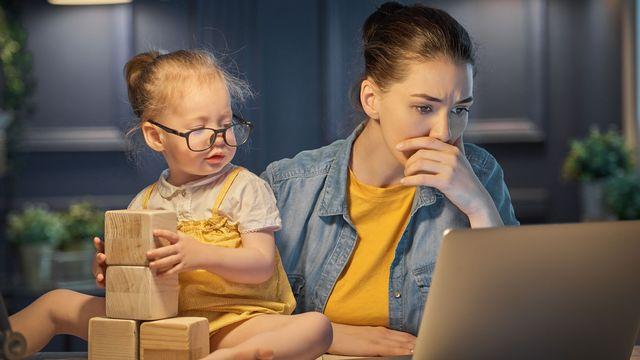 Entre les rêves de répartition égalitaire des tâches à la maison et de vie professionnelle épanouie, et la réalité, il y a souvent un fossé.  [Konstantin Yuganov - Fotolia]