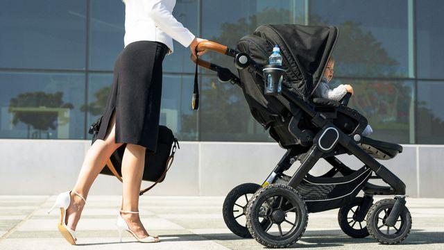 Aujourdʹhui, les jeunes mères valaisannes travaillent plus que la moyenne suisse. [Kaspars Grinvalds - Fotolia]