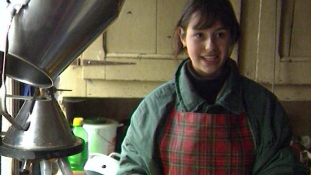 Charmaine, volontaire anglaise dans une ferme de Fresens. [RTS]