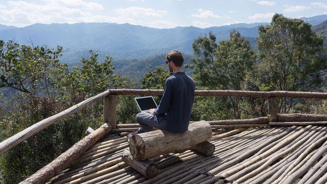 Internet permet à certains de vivre et travailler de n'importe où dans le monde. [Suzanne Plumette - Fotolia]