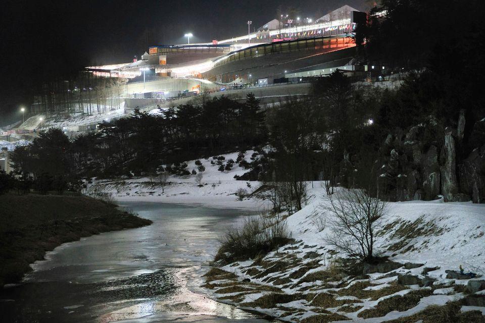 Le mauvais temps sur le site de biathlon a conduit au report du 15 km dames. [J. David Ake - Keystone]