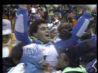 Alberto Tomba au milieu des ses supporters après le slalom de Calgary 1988. [RTS]