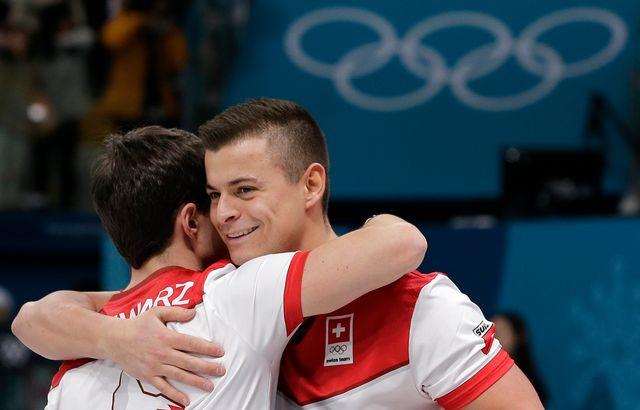 L'accolade de Benoit Schwarz et Valentin Tanner après leur victoire. [Aaron Favila - Keystone]