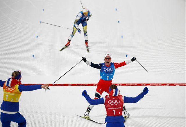 Les coéquipières de Marit Björgen célèbrent leur victoire devant la Suède. [Odd ANDERSEN - AFP]