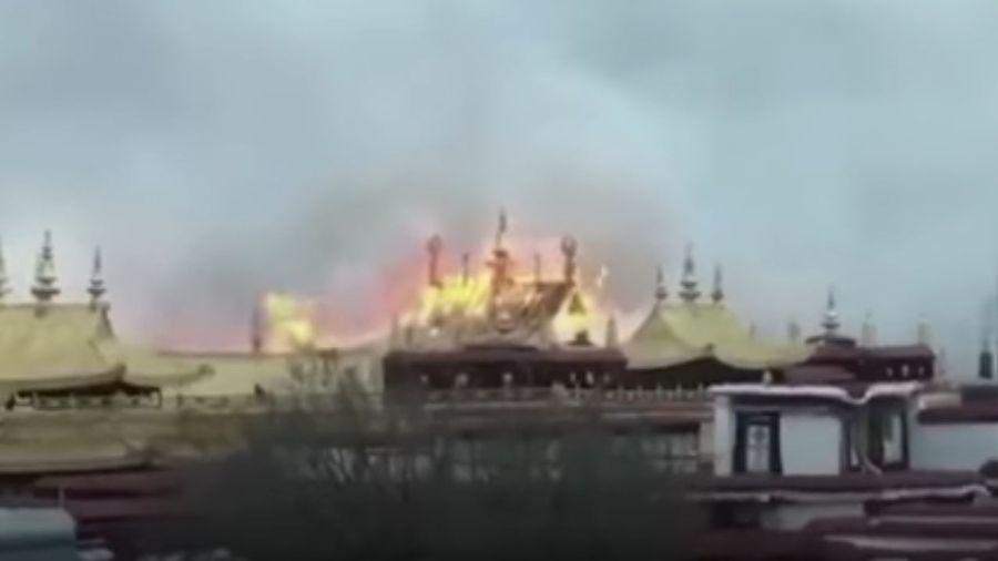 Capture d'écran d'un vidéo amateur filmant le temple du Jokhangen en feu à Lhasa.