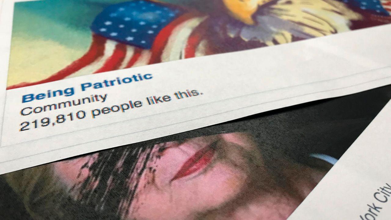 """Des publications sur Facebook d'un groupe du nom de """"Being Patriot"""", actif sur le réseau social lors de la campagne présidentielle américaine en 2016. [Jon Elswick - Keystone]"""