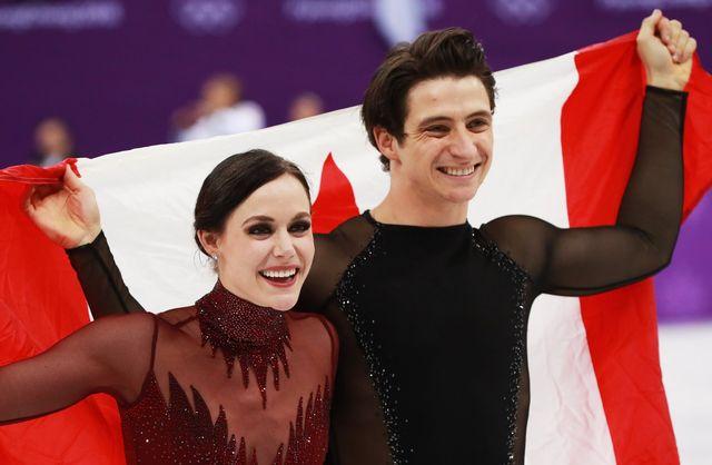 Tessa Virtue (à gauche) et Scott Moir après leur titre acquis sur la glace de la Gangneung Ice Arena. [How Hwee Young - EPA/Keystone]