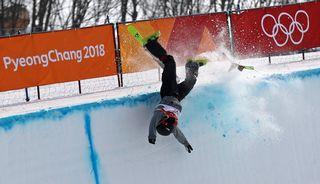 Mardi 20 février: plus dure sur la chute, ici le Suisse Joel Gilser en ski halfpipe. [EPA/Fazry Ismail - Keystone]