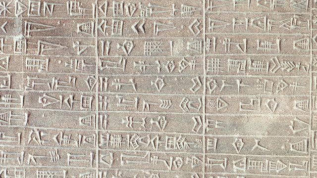 Stèle de calcaire avec inscriptions en akkadien. [©Luisa Ricciarini/Leemage - AFP]