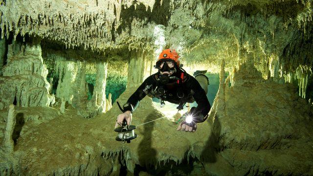 Un plongeur mesure la longueur du système de cavernes sous-marines de Sac Aktun, où ont été découverts différents ossements et objets. [Image fournie par un tiers - Via Reuters]