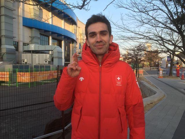Peter de Cruz, tout sourire devant la patinoire, croise les doigts pour jeudi. [Galaud - RTS]
