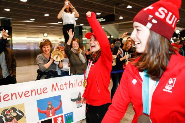 Hoefflin et Gremaud ont été bien accueillies à l'aéroport de Kloten. [Marc Schumacher - Freshfocus]