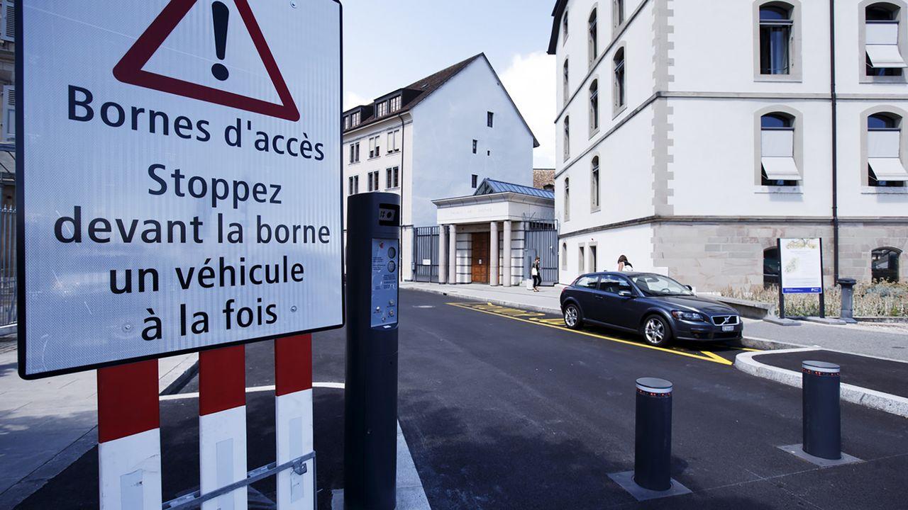 Une borne retractable à l'entrée de la Vieille-Ville à Genève. [Salvatore Di Nolfi - Keystone]