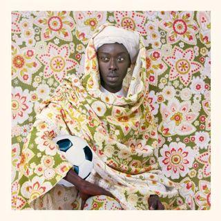 """Couverture du livre """"Loin de Douala"""" écrit par Max Lobe. [Editions Zoé - Editions Zoé]"""