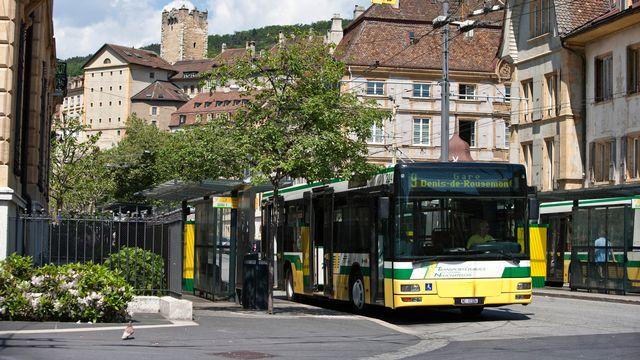 Des bus attendent à la place de Pury, au centre-ville de Neuchâtel, le 25 mai 2010. [Gaëtan Bally - Keystone]