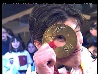 Evelyne Leu avec sa médaille d'or du ski acrobatique de Turin 2006 [RTS]
