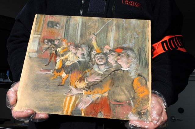 """Les douanes françaises présentent le tableau retrouvé du peintre français Degas, """"Les Choristes"""", le 22 février 2018. [HO / Douanes Francaises  - AFP]"""