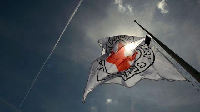 Un drapeau du Comité international de la Croix-Rouge (CICR) flottant au-dessus du siège de l'organisation à Genève. [Martial Trezzini - Keystone]