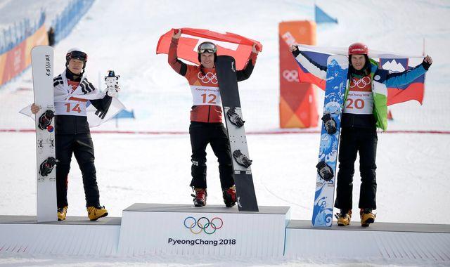 Nevin Galmarini (au centre), nouveau champion olympique, après la cérémonie protocolaire. [Fazry Ismail - EPA/Keystone]