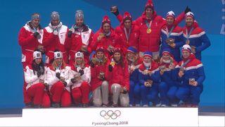 Team Event, finale: la remise des médailles avec les Suisses sur la plus haute marche du podium [RTS]
