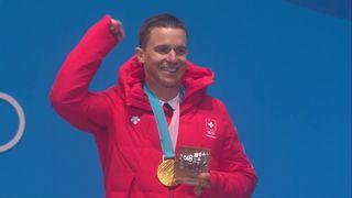 Slalom géant parallèle hommes, la remise des médaille avec Nevin Galmarini (SUI) qui prend l'or [RTS]