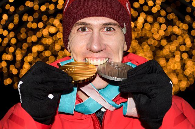 Ramon Zenhäusern avec ses deux médailles remportées à PyeongChang. [Jean-Christophe Bott - Keystone]