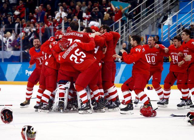 Les athlètes olympiques de Russie laissent éclater leur joie après le but de Kaprisov. [Larry W. Smith - Keystone]