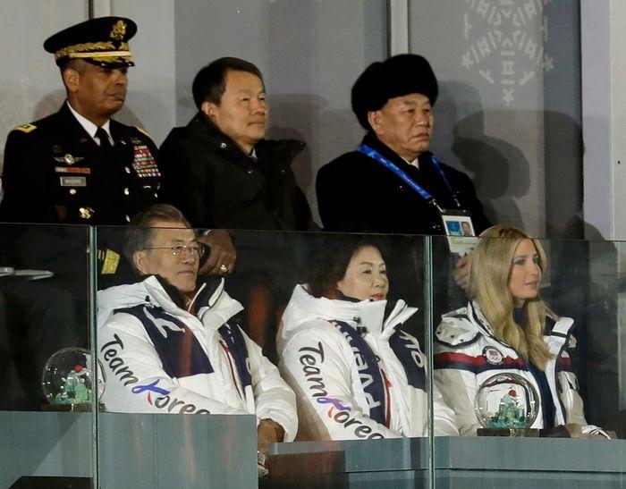 Un général nord-coréen et Ivanka Trump à la clôture des JO