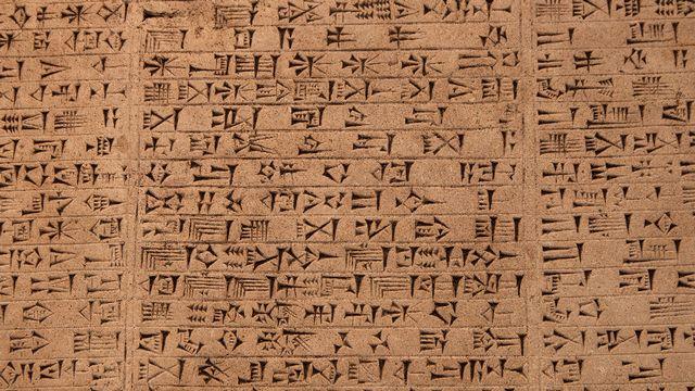 Tablette avec écriture cunéiforme. [kmiragaya - Fotolia]