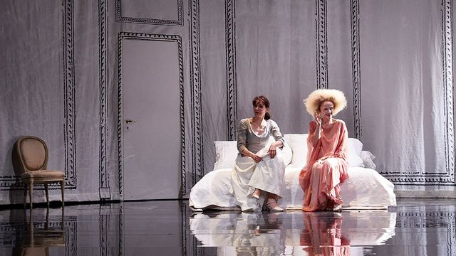 """Elodie Bordas et Marie Druc dans """"Le Mariage de Figaro"""" mis en scène par Joan Mompart. [Marc Vanappelghem - Comédie de Genève]"""