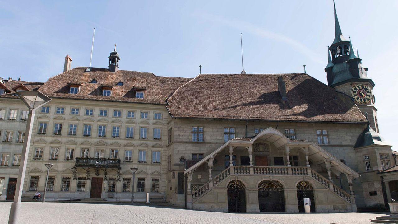 La campagne pour l'élection complémentaire au Conseil d'Etat fribourgeois est restée calme (ici l'Hôtel de Ville de Fribourg). [Thomas Delley - AP/Keystone]