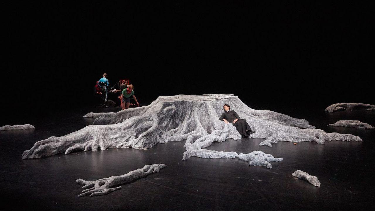 """Une photo du spectacle de Jonathan Capdevielle, """"À nous deux maintenant"""". [facebook.com/pg/arsenic.lausanne]"""