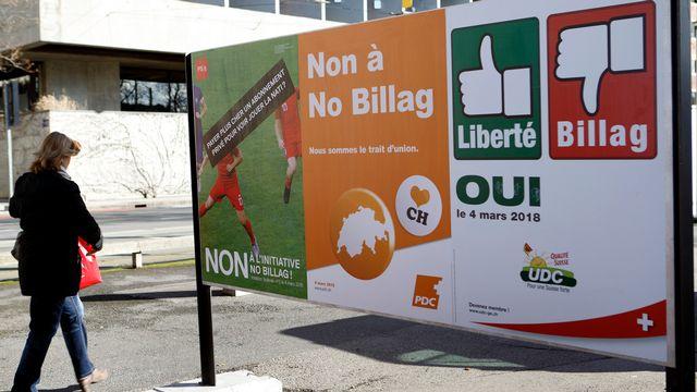 Des affiches pour et contre l'initiative No Billag. [Salvatore Di Nolfi - Keystone]