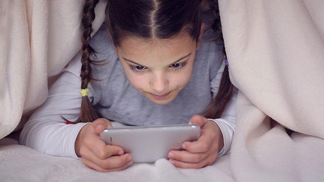 Les enfants en Suisse utilisent intensément smartphones et tablettes. [radeboj11 - fotolia]