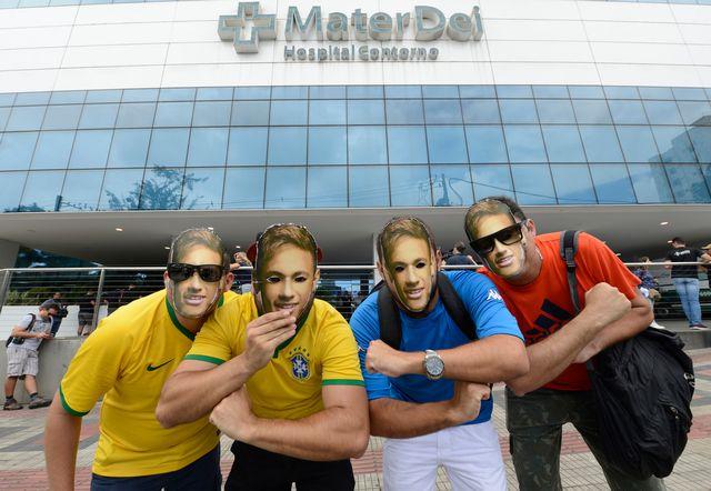 Des supporters de Neymar sont venus le soutenir à...l'hôpital où la star brésilienne s'est fait opérer. [Eugenio Savio - Keystone]