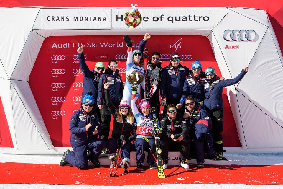 L'équipe de Suisse de ski célèbre le Globe de cristal du combiné de Wendy Holdener. [Jean-Christophe Bott - Keystone]
